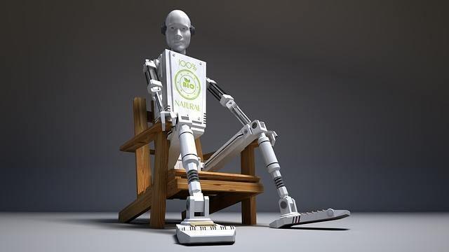 Metallroboter sitzt auf Holzstuhl